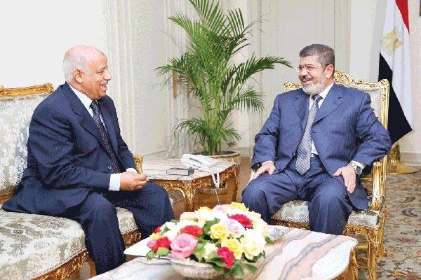 وزير العدل المصري السابق أحمد سليمان مجتمعا مع مرسي