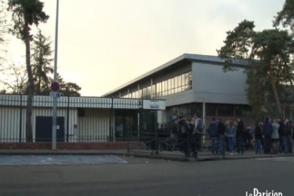 طلبة يتجمعون أمام المدرسة التي ظهرت في الفيلم الإباحي