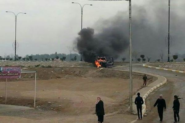 عجلة للجيش العراقي تحترق قرب ساحة اعتصام الرمادي