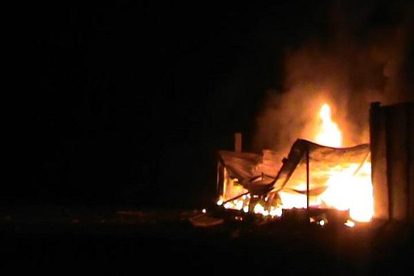 مخيم ليبرتي .. النار تشتعل في مرافقه نتيجة ضربه بالصواريخ