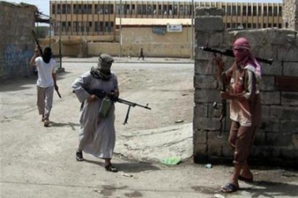 مسلحون في أحد شوارع الرمادي