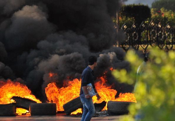 أنصار الأسير يحرقون الإطارات تضامنًا معه في مدينة طرابلس الشمالية
