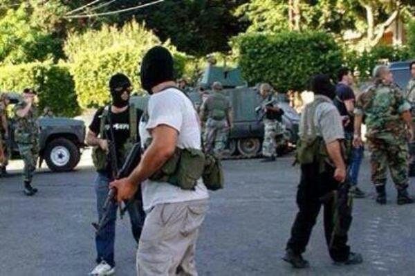 صورة تم تداولها على تويتر لعناصر ملثمة قيل إنها تابعة لحزب الله وتشارك في الاشتباكات
