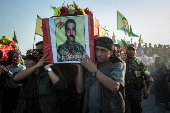 أكراد سوريون يشيعون أحد قتلاهم بعد اشتباكات مع متشددين من السنة شمال سوريا