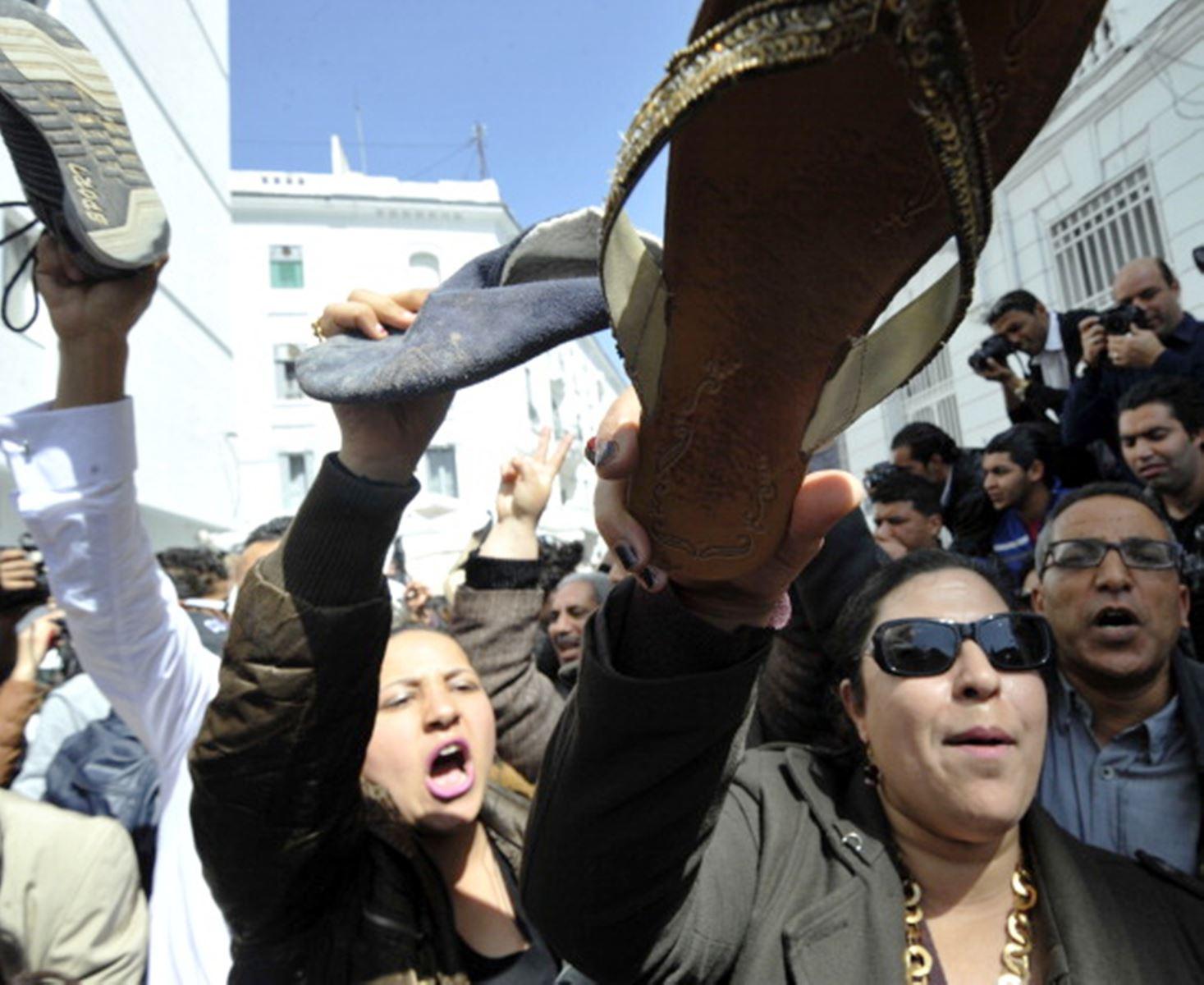 تظاهرة سابقة بالأحذية أمام مقر وزارة المرأة التونسية