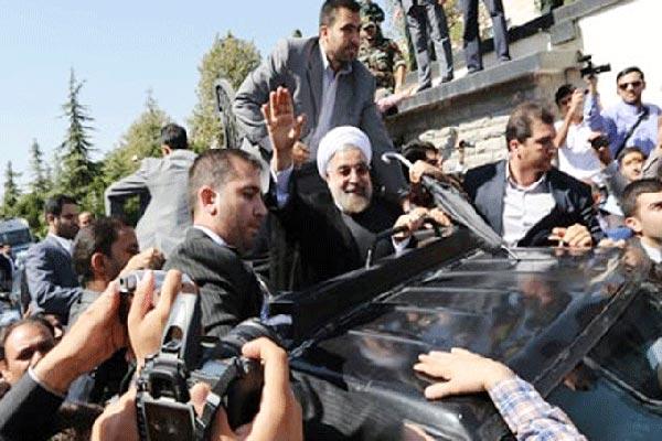 روحاني مع حراساته بعد عودته لطهران