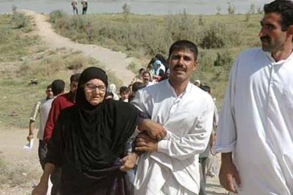 عائلات في الفلوجة تنزح عنها هربًا من المعارك التي تشهدها