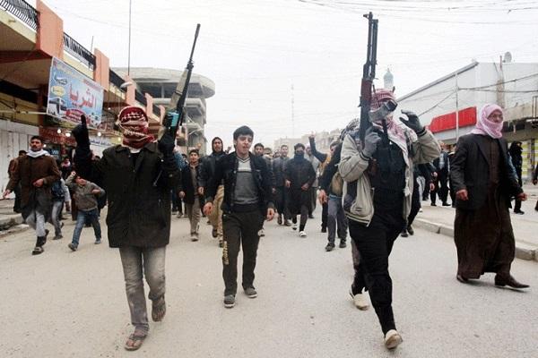 مسلحون من القاعدة في شوارع الفلوجة