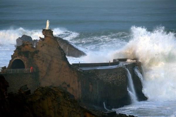 موجة تضرب صخرة مريم العذراء في بياريتز في فرنسا