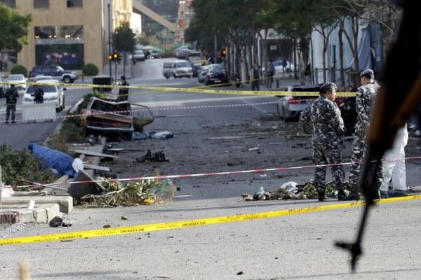 عناصر من الشرطة اللبنانية في مكان التفجير الذي أودى بحياة الوزير السابق محمد شطح