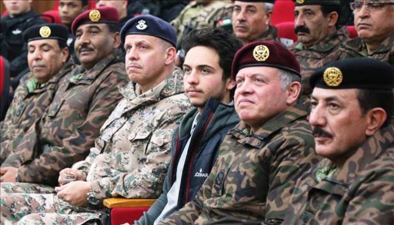 الأمير الحسين الى جانب والده الملك خلال تمرين عسكري