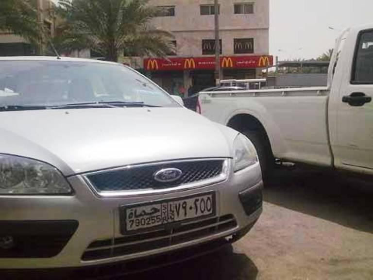 سيارة تحمل لوحة سورية متوقفة في أحد شوارع العاصمة الأردنية عمّان