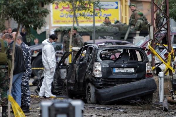 محققون لبنانيون في موقع التفجير الأخير في الضاحية الجنوبية لبيروت