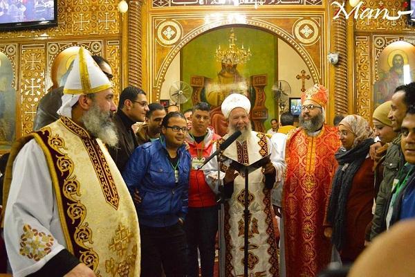 مصريون يقدمون التهاني للأقباط في الكنائس