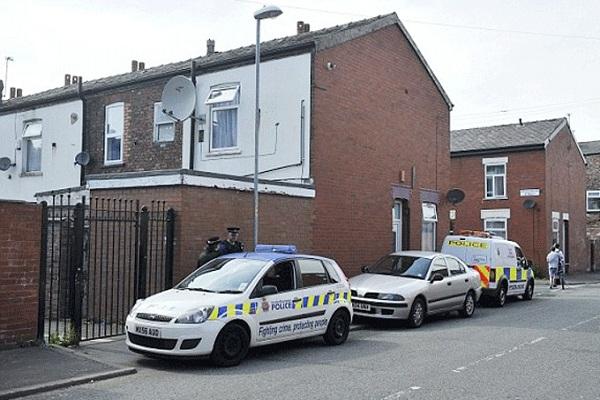 الشرطة البريطانية عند منزل القتيلة رانيا