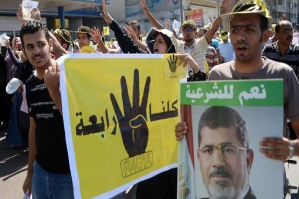أنصار الرئيس المخلوع يرفعون صورًا لمرسي وشعارات رابعة