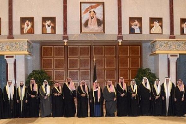 صورة جماعية للوزراء الجدد أثناء آدائهم القسم أمام أمير الكويت