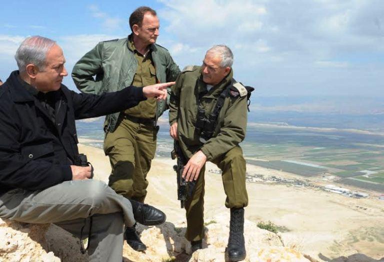 رئيس وزراء إسرائيل بنيامين نتنياهو يعاين برفقة قادة عسكريين منطقة غور الأردن- أرشيف