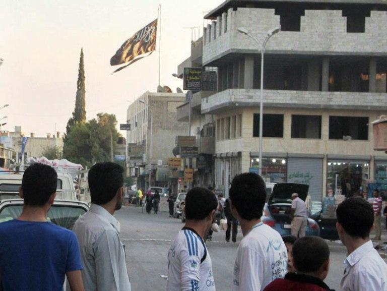 علم الدولة الاسلامية يرفرف في مدينة الرقة التي باتت معقل التنظيم المرتبط بالقاعدة