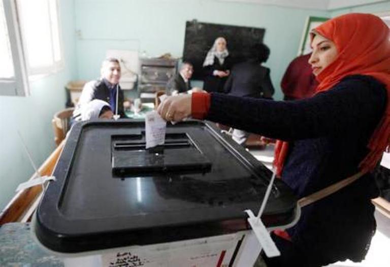 ناخبة مصرية تدلي بصوتها في الاستفتاء على الدستور الثلاثاء