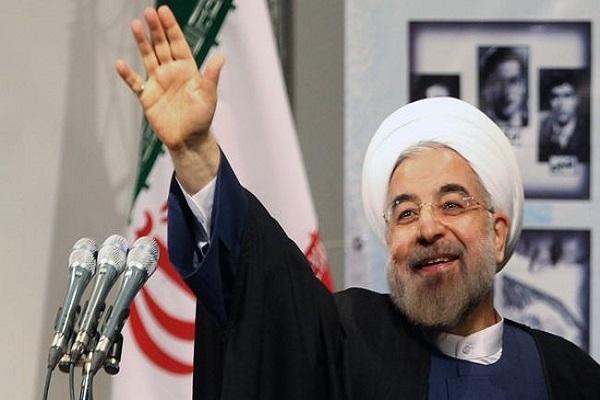 روحاني ملوحاً لمستقبليه في خوزستان