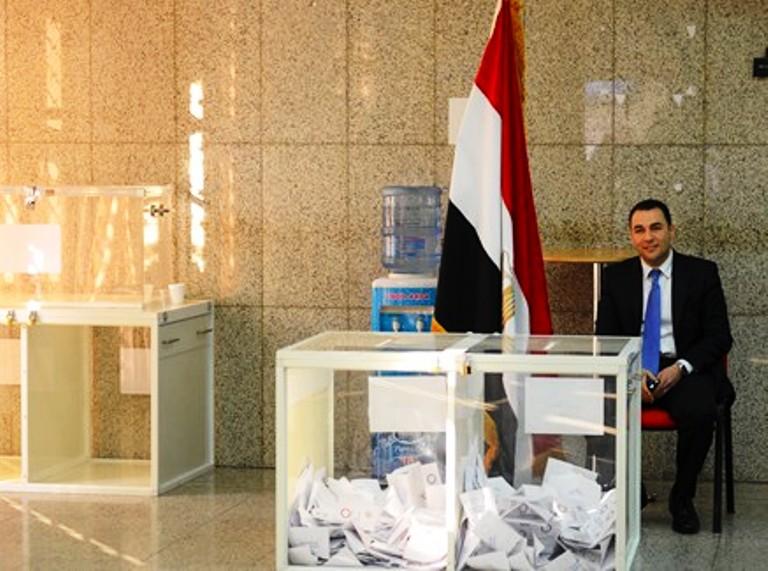 صناديق الاقتراع في الاستفتاء على الدستور الجديد داخل السفارة المصرية في الامارات