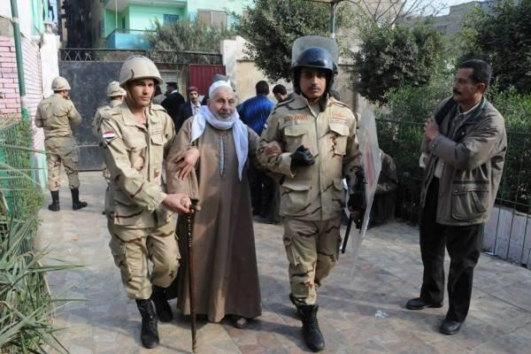 عجوز يدخل أحد مراكز الاقتراع للمشاركة في الاستفتاء على الدستور