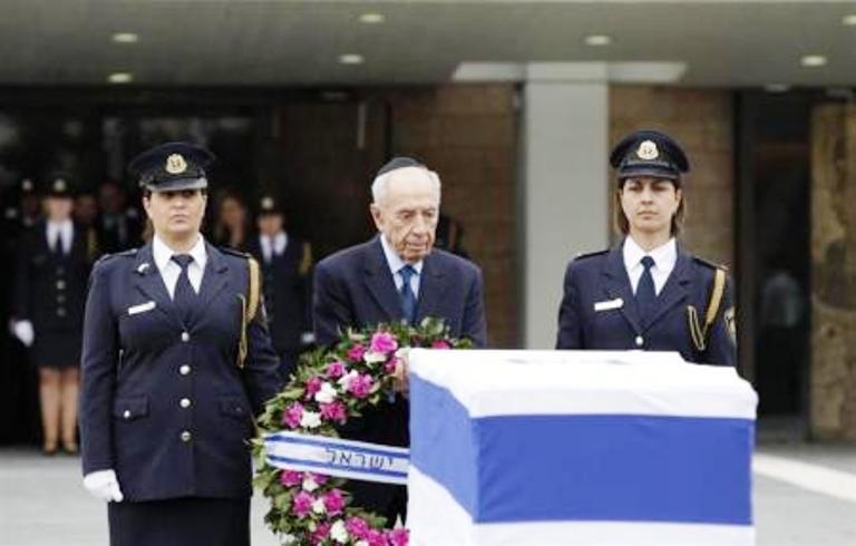 الرئيس الاسرائيلي يضع اكليلا من الزهور على نعش ارييل شارون في مبنى الكنيست