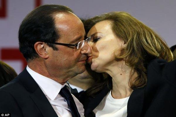 هولاند يقبّل شريكته فاليري بعد فوزه بانتخابات الرئاسة في 2012