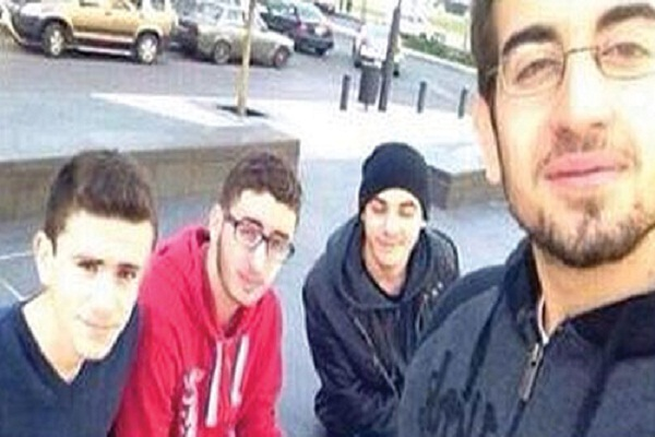 صورة تداولتها مواقع التواصل الاجتماعي يظهر فيها محمد الشعار مرتديا اللون الاحمر