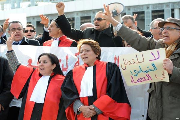 قضاة تونسيون يتظاهرون لمنع التدخلات السياسية في القضاء