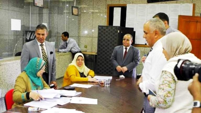 السفير المصري في ابوظبي ايهاب حمودة يسار الصورة ولجنة الاستفتاء