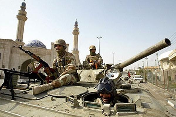 جنود عراقيون يحرسون مسجدًا في بغداد عشية صلاة الجمعة