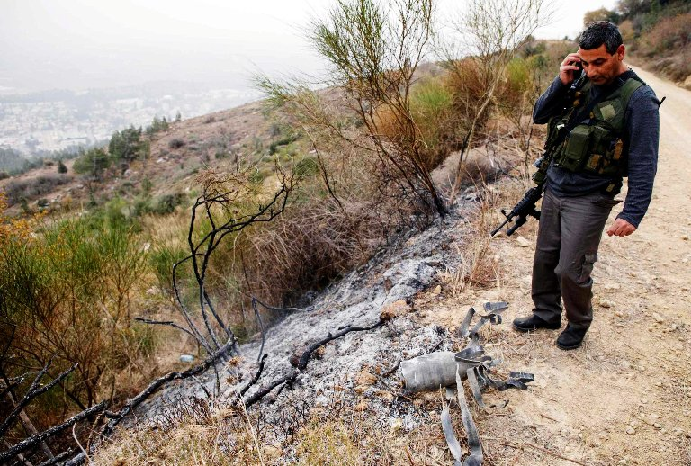 جندي إسرائيلي يتفقّد موقع سقوط صاروخ كاتيوشا أطلق من لبنان وسقط حذو (كريات شمونة)