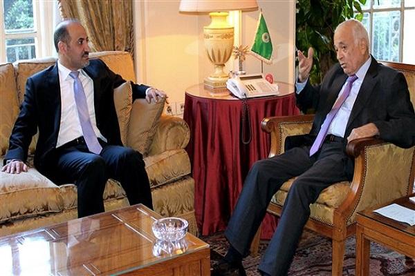 رئيس الائتلاف الوطني السوري مجتمعاً بأمين عام جامعة الدول العربية (أرشيف)