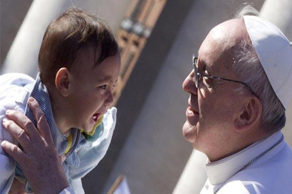 البابا فرنسيس يخرج عن صمته منددًا بانتهاك طفولة القاصرين