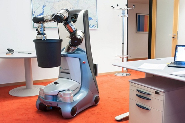 الروبوت منشغلا في عمليات التنظيف