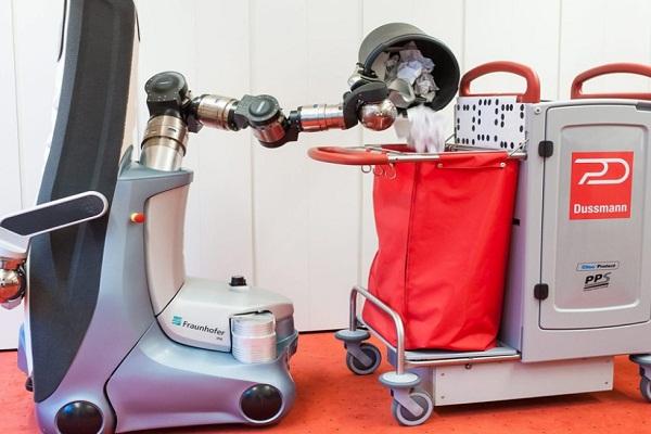الروبوت يفرغ القمامة في كيس المهملات