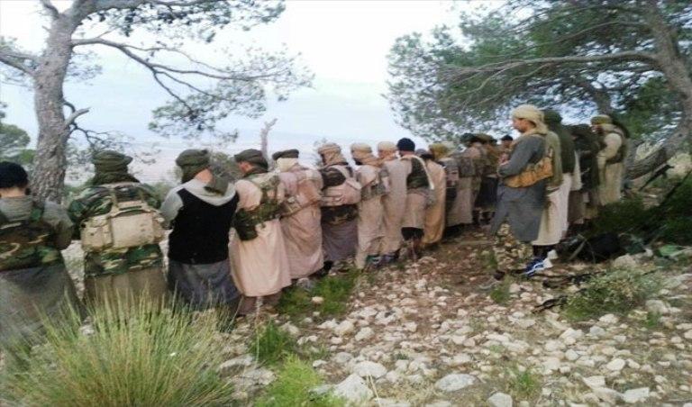عناصر من كتيبة عقبة بن نافع الارهابية وهو يؤدون صلاة الجماعة في منطقة جبلية في تونس