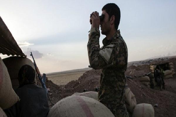 جنود اكراد في نقطة مراقبة في عين العرب