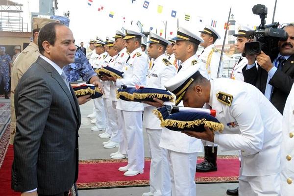 السيسي وسط ضباط وقادة البحرية المصرية