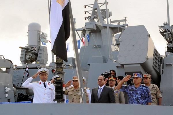 السيسي على متن قطعة بحرية مصرية خلال المناورات