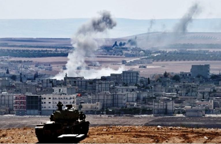 الدخان يتصاعد من كوباني السورية