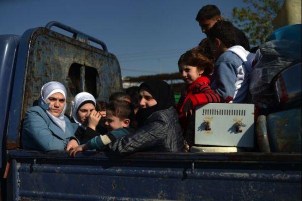 لاجئون سوريون هاربون من حلب