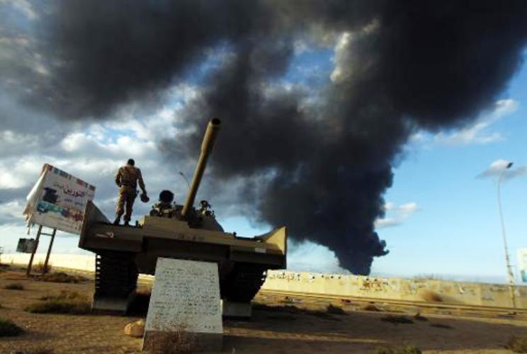 الدخان يتصاعد من مصافي النفط الليبية في ميناء السدرة