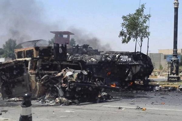 الموصل دبابات وعربات عسكرية محترقة