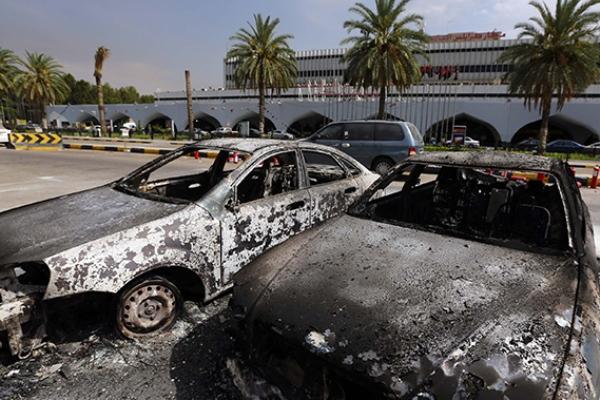 سيارات محترقة في محيط مطار طرابلس