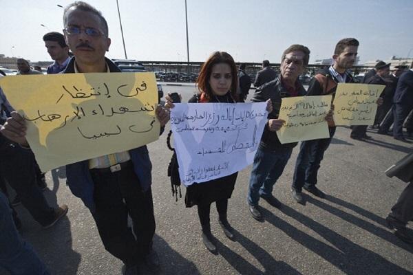 مصريون في انتظار جثث ذويهم يحتجون ضد الحكومة المصرية