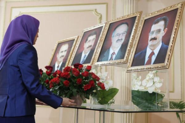 رجوي تضع أكليلًا من الزهور أمام صور ضحايا قصف ليبرتي