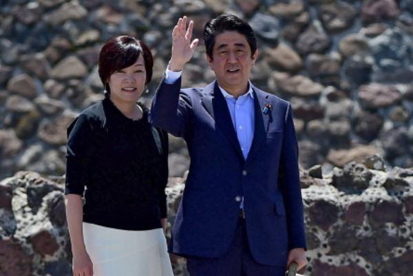 رئيس الوزراء الياباني شينزو آبي وزوجته